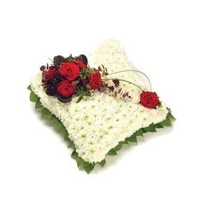 Inviare online cuscino di rose e fiori bianchi