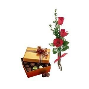 Inviare online tris di rose rosse con cioccolatini